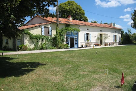Large farmhouse, big pool, 3 acres, quiet hamlet - Saint-Romain - Rumah