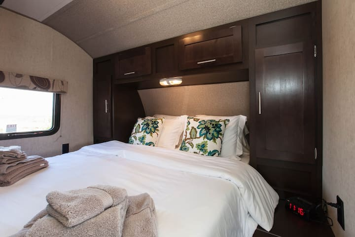 Temecula Wine Country - Luxury RV  - Queen Bedroom - High Thread Count, Organic Cotton Linens