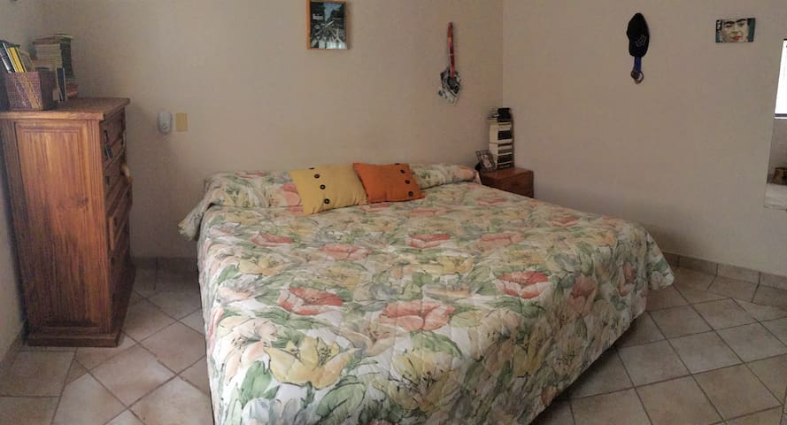 Dormitorio con cama XL iluminación natural a partir de las 8 am. Bien ventilado.