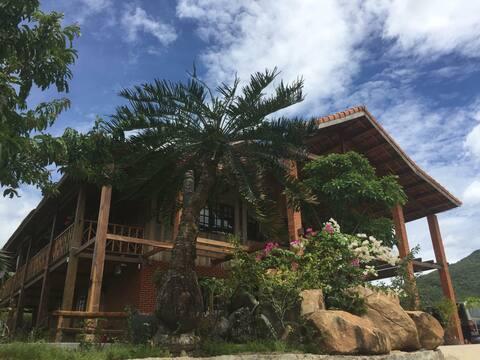 Деревянный дом на вершине холма с бассейном