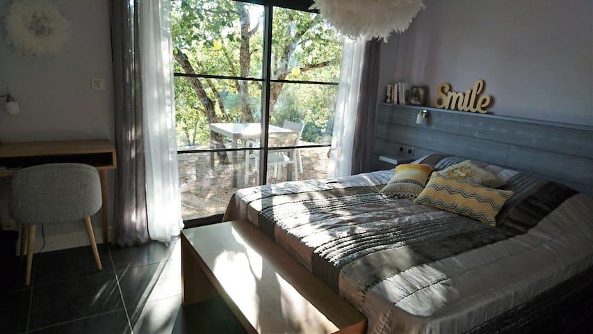 Chambre avec terrasse ombragée