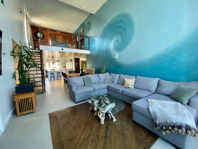 Beach Penthouse: Hot Tub, Natural Light - Sleeps 8