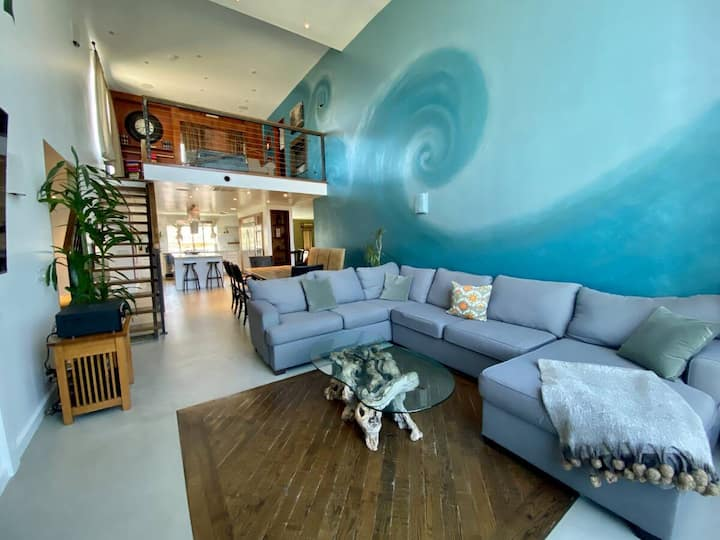Beach Penthouse: Hot Tub, Natural Light - Sleeps 8