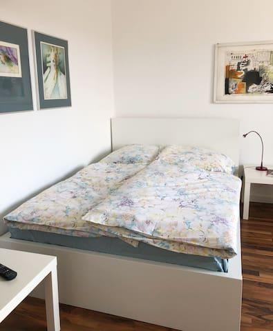 Das Doppelbett mit hochwertiger Taschenfederkernmatratze (140 x 200 cm) und aus natürlichen Materialien handgefertigt: Für Ihren sehr gesunden Schlaf!