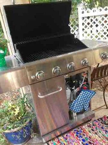 ✨Great BBQ area, outdoor Fridge, Table for Four, Recycle Bin. Bicycle and Golf Clubs for your use during your stay.