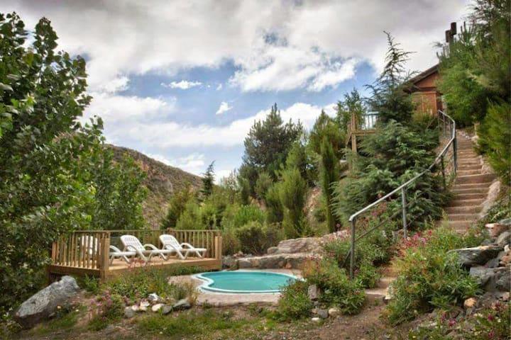 Piscina y area de recreación/Pool and chilling area.