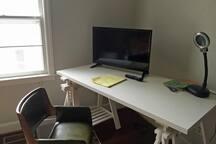 "Desk, 32"" TV"