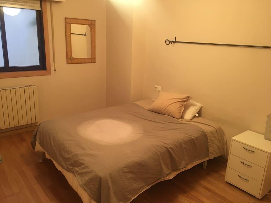 Dormitorio con cama de matrimonio y baño