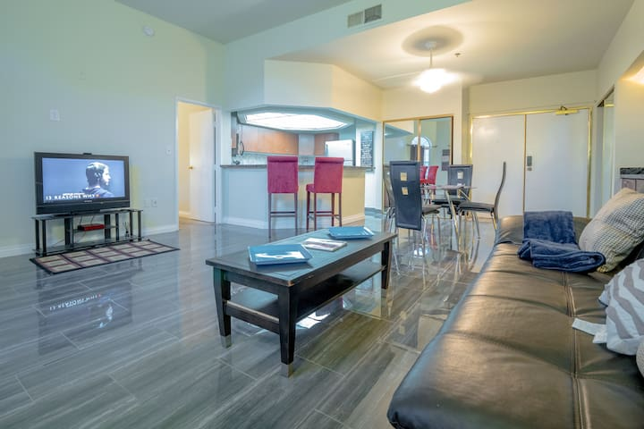 (C505D)Beautiful Condo,5 Min from Strip, Balcony!!