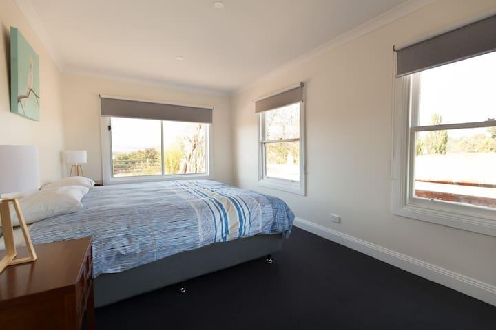 King bedroom, or 2 singles