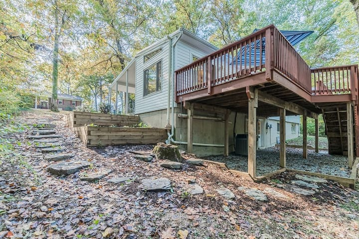 Stylish Spacious Suite on a Wooded Lot Close to DC