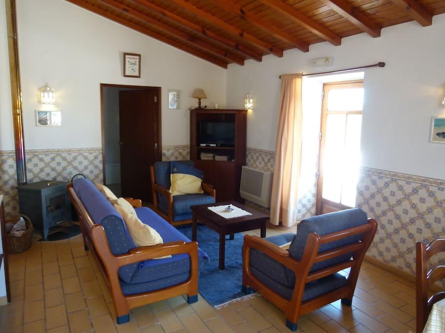 Wohnzimmer mit Kaminofen rechts hinten