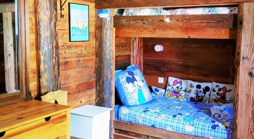 - Deuxième chambre avec lits superposés en 90x190. - Ambiance chaleureuse d'un Refuge de montagne.
