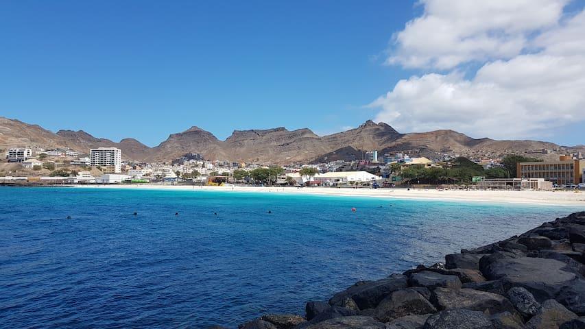 A 3 min do Ap, a praia mais urbana da ilha de S. Vicente,