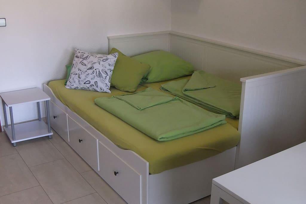 Bett (ausgezogen: 200 cm x 160 cm)