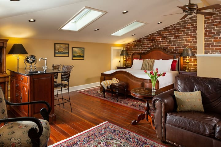 Large Penthouse Suite in a Historic Savannah Bed & Breakfast