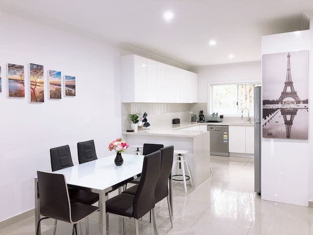 Padstow ModernHome 1minStation 5Bdrm 3Bath Sleep14