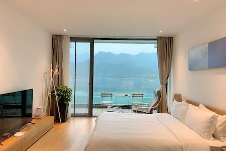 杭州千岛湖边际民宿二楼湖景泳池大床房