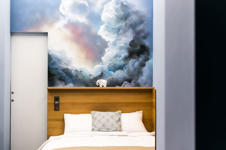 The room with the blue clouds and with Eric the elephant, who neverforgets