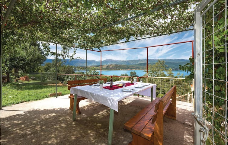Holiday cottage with 4 bedrooms on 175m² in Vrlika