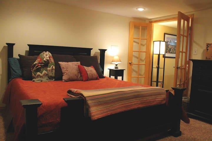 Quaint, private suite walking distance to downtown