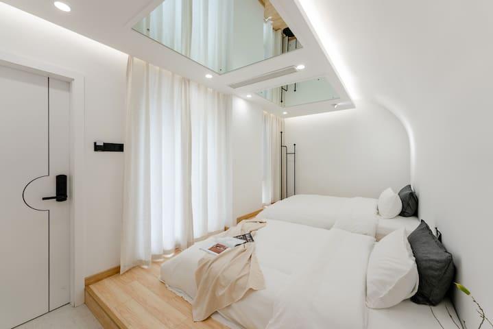 卧室-白净曲面结构,神秘吊顶镜面,落地窗阳光直射,光线充足,养颜花茶,舒服极了
