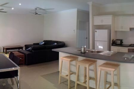 Spacious, modern & comfortable, +private parking - Brooklyn Park - บ้าน