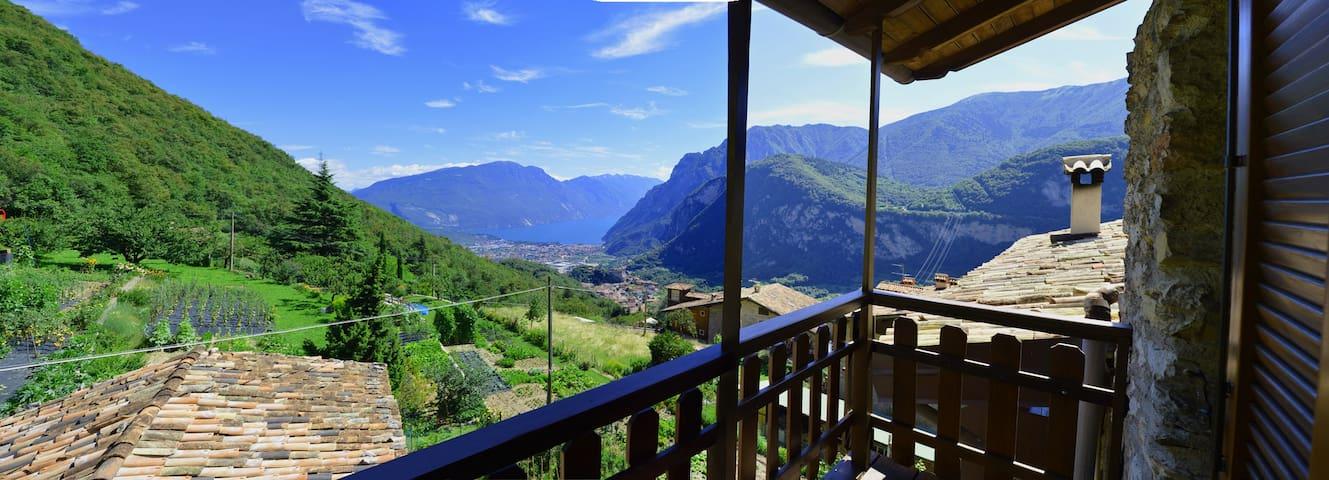 Lago di Garda casa tipica in borgo medioevale - Calvola - House
