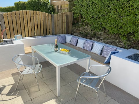 """Sandals""  Padstow, sleeps 8. 4 bed. parking x 2"