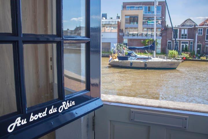 Logeren hartje centrum aan de rivier  de Oude Rijn