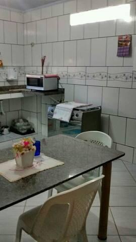 Cozinha ampla e confortável.