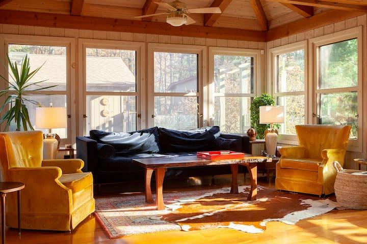 Sunbeam Lodge: '70s Oasis, 50 Acres, Hot Tub+Sauna