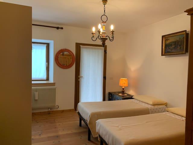 Camera da letto 2, con letti singoli che possono essere uniti a formare un letto matrimoniale standard. Armadio a disposizione, cassetti, attaccapanni, varie superfici di appoggio