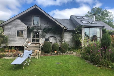 Quirky, Pet Friendly, Timber, Artist's Home.