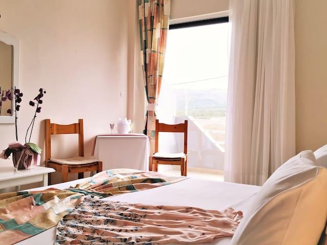 Dreibettzimmer mit Bergblick im Golden Beach Hotel