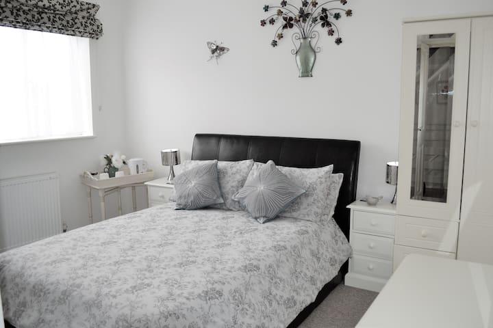 Poole - Luxury B&B Double Room/En-suite & WIFI