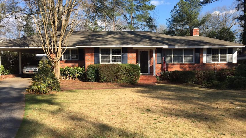 Within walking distance to the golf course - Augusta - House