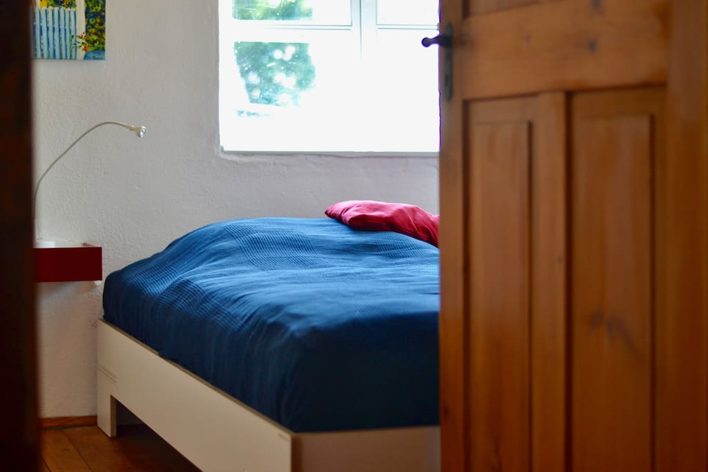 Im Schlafzimmer steht ein modernes Doppelbett mit 1,8 x 2,0m und sehr geräumigem Kleiderschrank