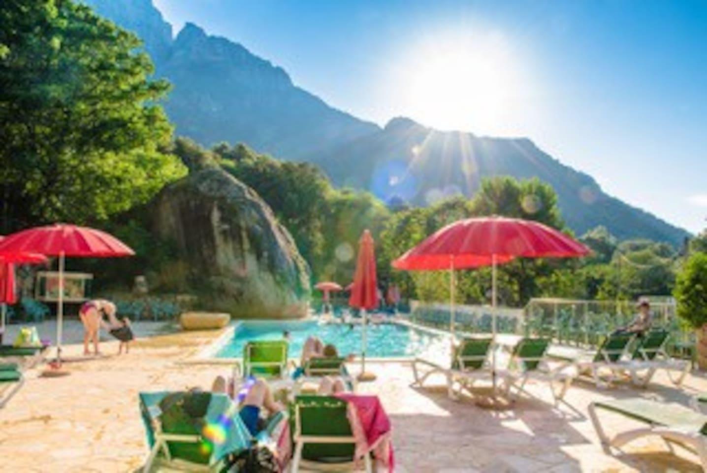 Camping Funtana à l'ora 2 km de la plage.  Climatisation, TV, Piscine et Reception ouverte jusqu'à 22h ( Pizza, Boulangerie )