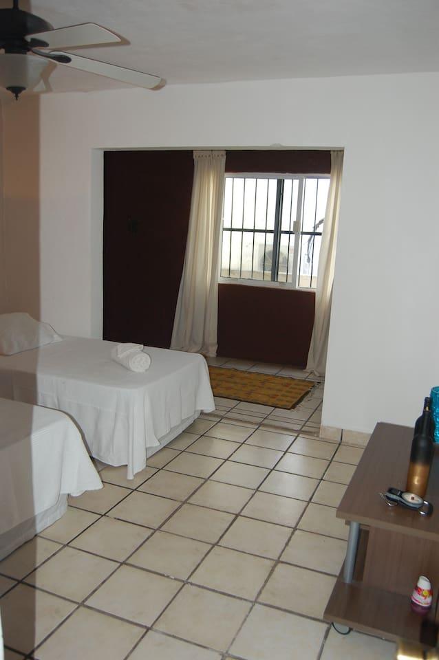 Habitacion para 2 personas, se puede hacer una cama king size Amplia, iluminada, fresca
