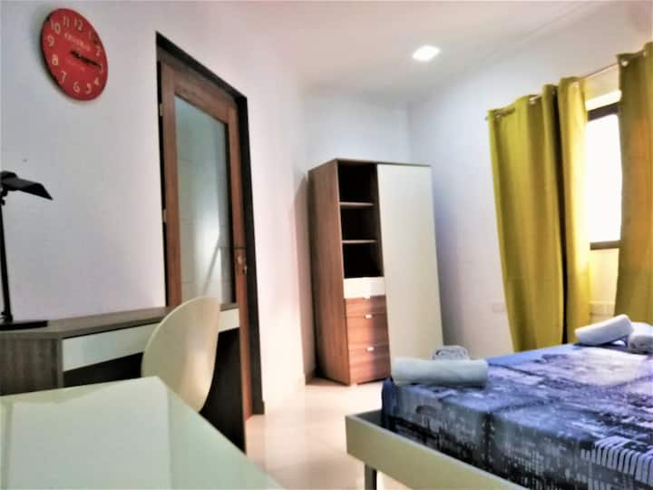 Private room & bathroom by St George Bay-Paceville