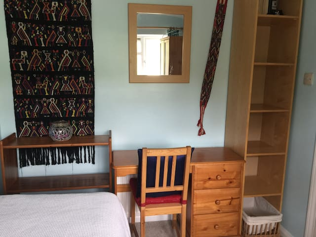 Cosy Room, Double Bed, Desk,  Close to Transport