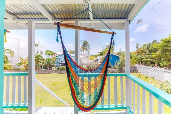 Cozy studio cabana w/ WiFi, partial AC, deck, yard, kitchenette & shared grill!
