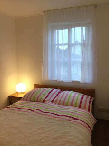 Französisches Doppelbett, andere Seite: großer Kleiderschrank - dies ist die Einrichtung des Schlafzimmers.