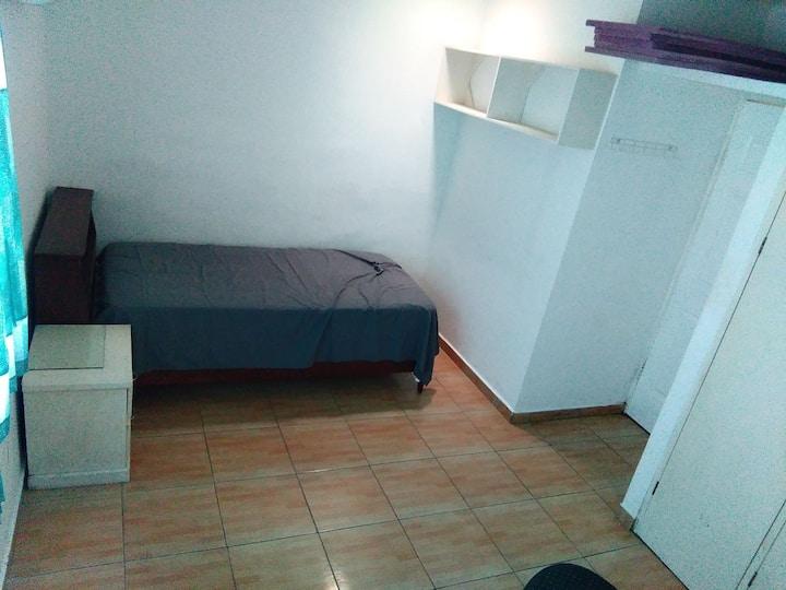 Depa privado con habitacion amplia, sala, cocina.