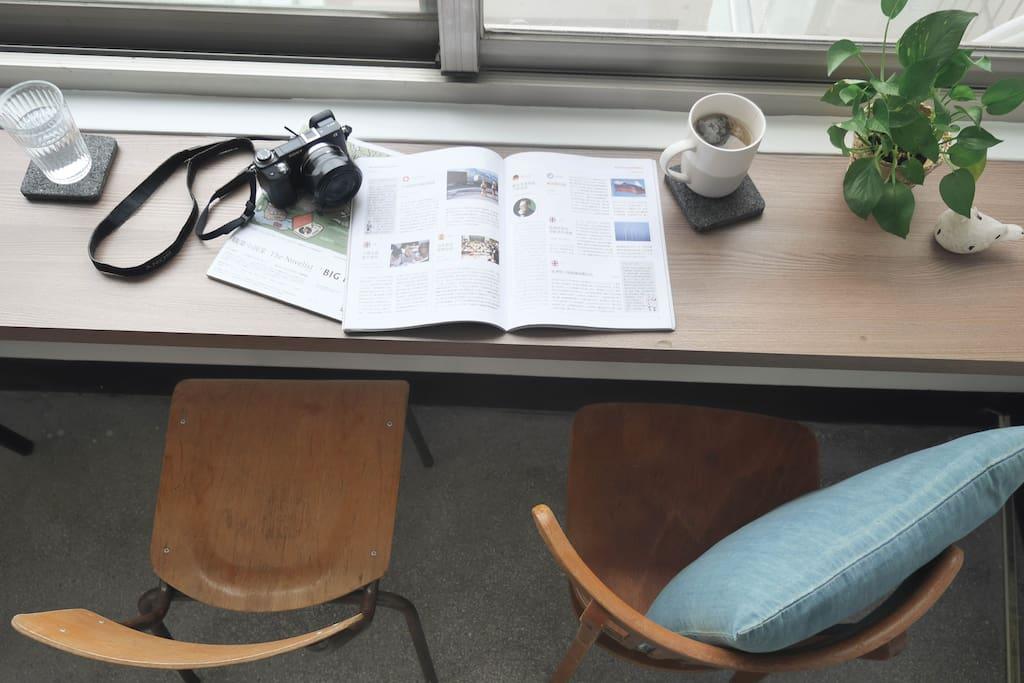 公共空間窗台桌 喝個茶 歸劃一天的旅程 Public area with nice table and chairs