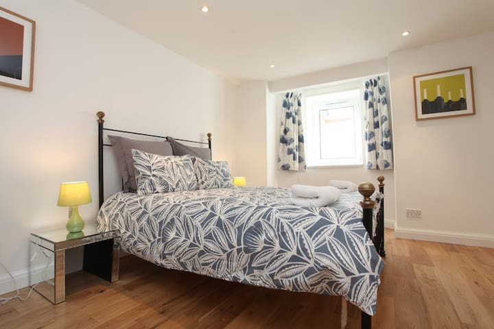 Fabulous East Finchley Close to Tube and High St.