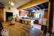 Cocina   y  área de desayuno cómodo donde podrás empezaras tu día muy bien-Kitchen and comfortable breakfast area where you can start your day very well