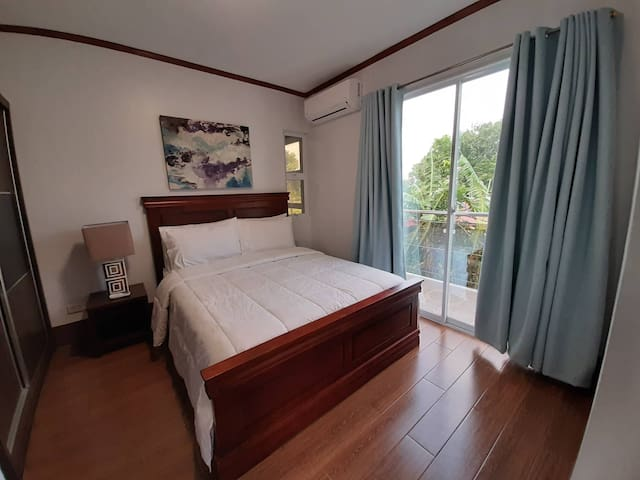 Comfy bedroom 1 min. drive to Iloilo Int. Airport.