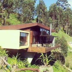 Wonderful+hut+in+front+of+the+Guatap%C3%A9+Dam